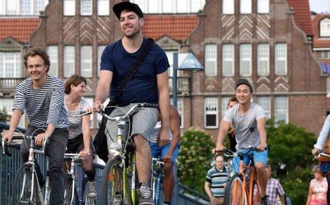 Menschengruppe fährt mit den Fahrrädern über die Teerhofbrücke