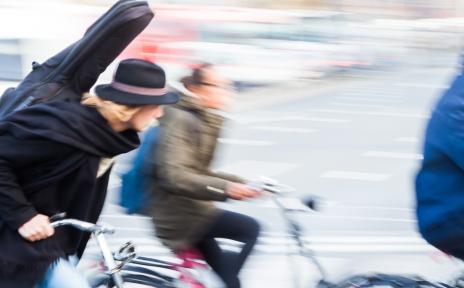 Fahrradfahrer mit Instrumententasche