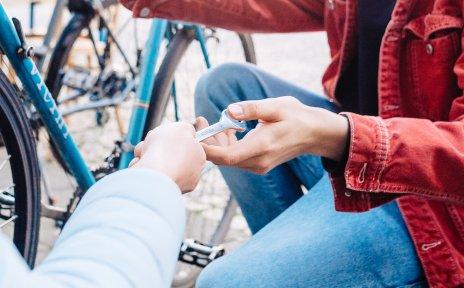 Ein Fahrrad wird reparariert