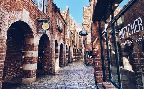 Blick die Böttcherstraße entlang, zu beiden Seiten die besonderen Backstein-Gebäude, die die Straße auszeichnen.