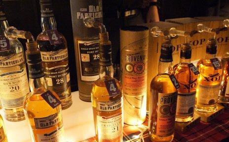 Mehrere Flaschen mit Whisky nebeneinander