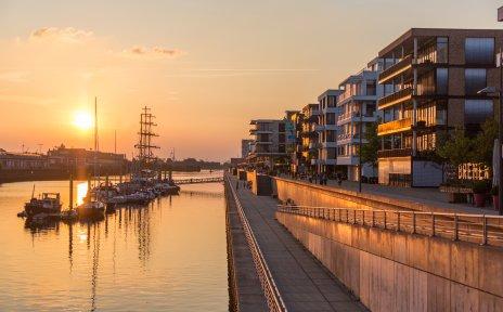 Blick auf den Europahafen in der Bremer Überseestadt im Abendlicht