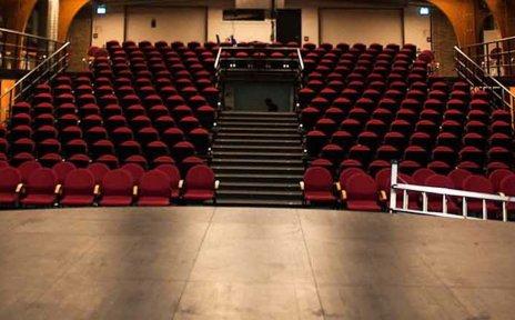 Blick in einen Theatersaal von der Bühne aus.