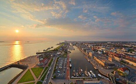 Aussicht auf den Neuen Hafen in Bremerhaven bei Sonnenaufgang.