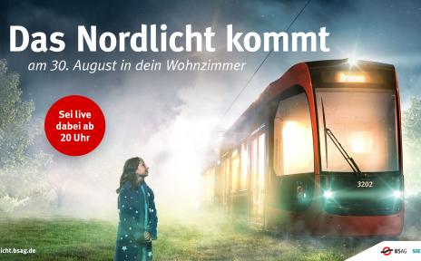 Ein Plakat der BSAG. Rechts im Bild ist eine Bahn zu sehen. Davor steht ein kleines Mädchen und schaut die Bahn an. Oben steht geschrieben: Das Nordlicht kommt am 30. August in dein Wohnzimmer. Sei live dabei ab 20 Uhr.