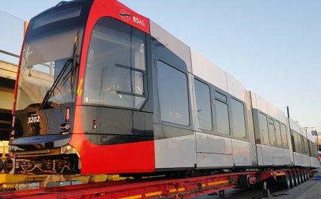 Eine neue Straßenbahn in der Morgensonne