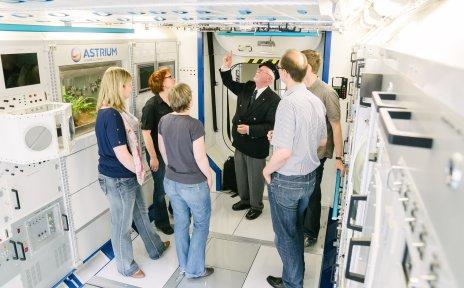Eine Besuchergruppe erfährt im Modell des Columbus-Moduls bei Airbus Bremen viel Wissenswertes über das Leben im All