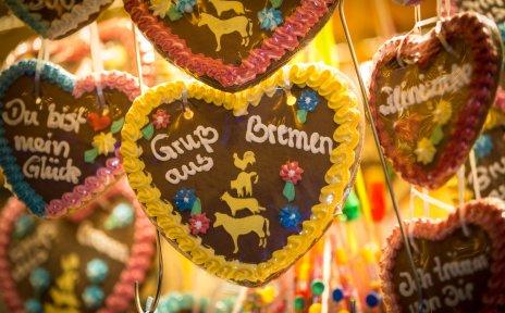 Ein Lebkuchenherz mit der Aufschrift Grüße vom Bremer Freimarkt