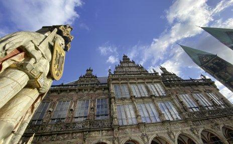 Roland und Rathaus aus der Froschperspektive