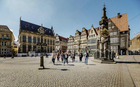Eine Gruppe wird von einem Stadtführer über den Bremer Marktplatz geführt