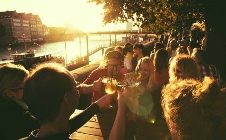 Eine Gruppe sitzt gesellig in einem Biergarten an der Schlachte