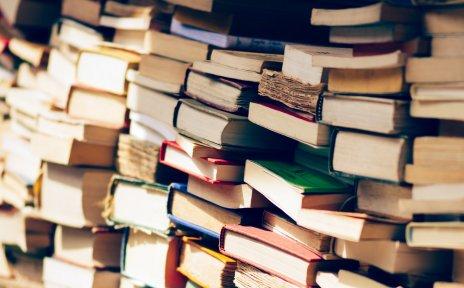 Unsortierte, gebrauchte Bücher in einem Bücherregal.