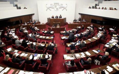 Ein Saal voller Politikerinnen und Politiker