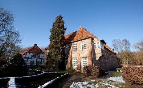 Die Burg Blomendal in winterlicher Landschaft