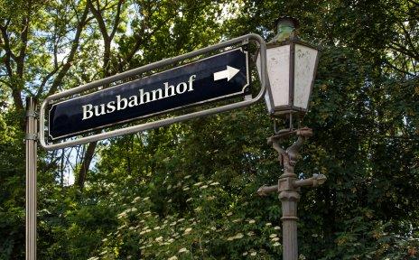 Ein Hinweisschild weist den Busbahnhof aus.