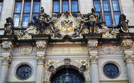 Goldener Schriftzug über dem Portal der Handelskammer zeigt Ausspruch buten un binnen, wagen un winnen