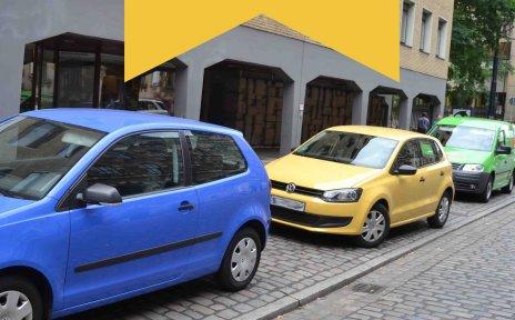 Am Straßenrand parkende Autos.
