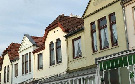 Zahlreiche Dachfirste nebeneinander in einer Bremer Straße