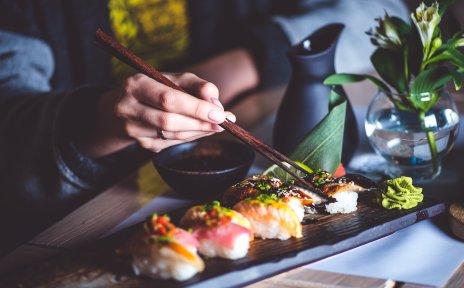 Unterschiedliche Sushikreationen werden mit Stäbchen gegessen.