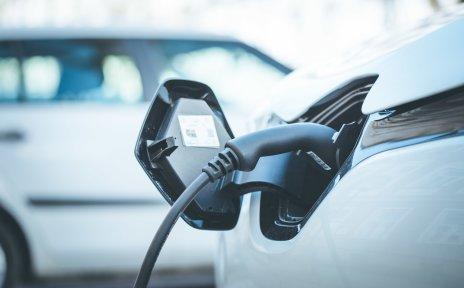 Ein Elektroauto ist an einer Ladestation angeschlossen.
