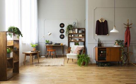 Ein Zimmer im Vintage-Look mit Holzmöbeln.