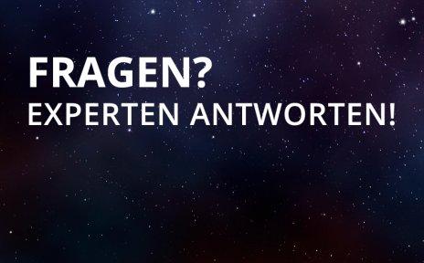 """Die Worte """"FRAGEN?"""" und """"EXPERTEN ANTWORTEN!"""" in weißer Schrift auf einem Sternenhimmel."""