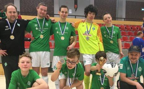 Die Mannschaft der Werder Youngstars, dem inklusiven Fußballteam des SV Werder Bremen.