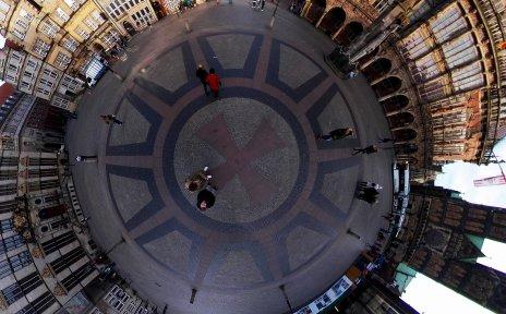 Luftaufnahme zeigt das rot gepflasterte Hanseatenkreuz im Boden des Bremer Marktplatzes