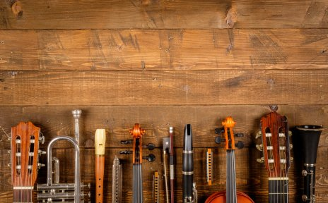 Mehrere Instrumente aufgereiht nebeneinander