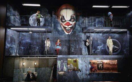 Man sieht das Bühnenbild des Theaterstücks.