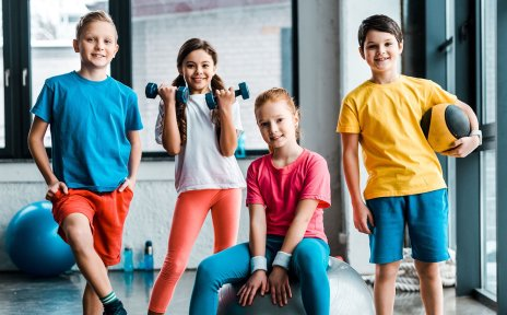 Kinder präsentieren verschiedene Sportarten