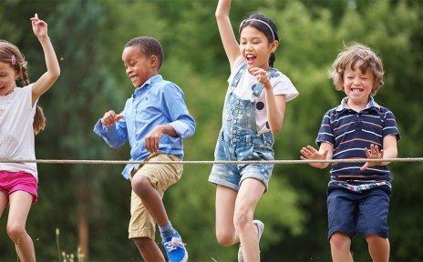 Vier Kinder beim Wettlaufen am Ziel.