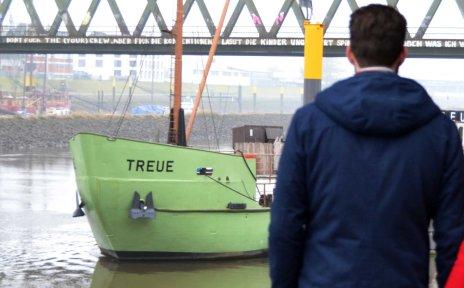 Ein Pärchen vor dem Schiff Treue an der Weser