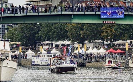 Zu sehen sind Boote während der Schiffsparade bei der Maritimen Woche auf der Weser.