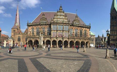 Ein Überblick über den Bremer Marktplatz. Rechts im Bild ist die Bremische Bürgerschaft zu sehen. Sie ist weitgehend zugänglich, der Eingang sogar barrierefrei.