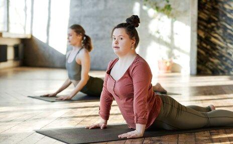 Zwei Frauen machen Yogaübungen.