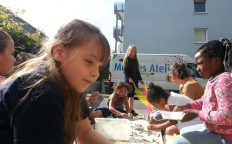 Kinder malen beim Mobilen Atelier.