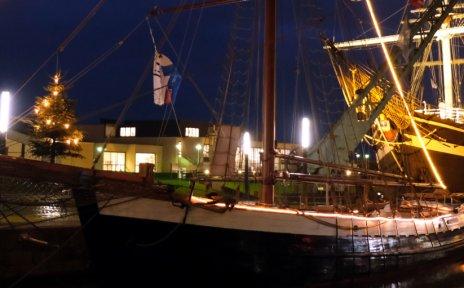 Beleuchtete Schiffe bei Nacht