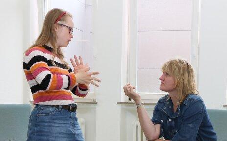Zwei Frauen sprechen in Gebärdensprache.