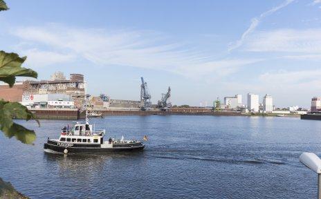 Weserfähre Pusdorp auf der Weser vor dem Pier 2