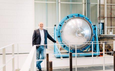 Mann vor einem Wasserstofftank