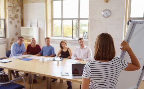 Junge Leute hören einer Vortragenden zu
