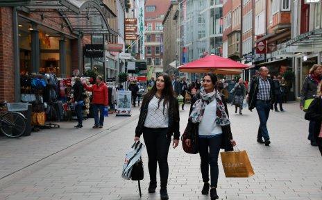 Zwei Frauen im Kaufrausch in der Obernstraße