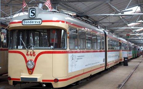 Historische Straßenbahn im Depot