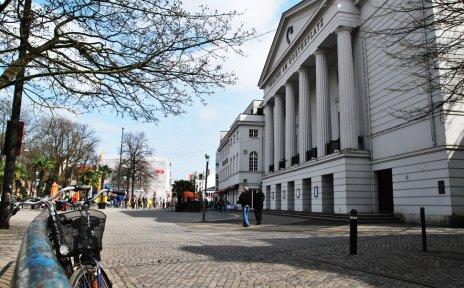 Gebäude des Theaters am Goetheplatz mit Vorplatz mit Menschen und Fahrrädern (Quelle: privat / jua)