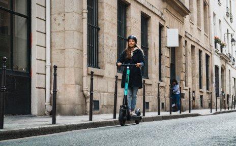 Ein e-Roller vor einer urbanen Kulisse