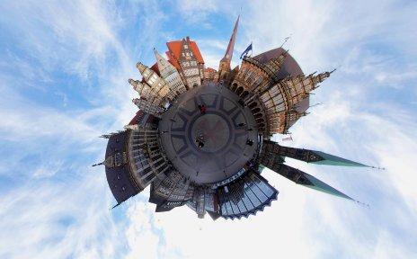 Eine Tinyplanet-Aufnahme des Marktplatzes zeigt das Herzstück Bremens in Kugelform
