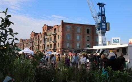 Blick auf den Herbstmarkt, im Hintergrund ein Krahn und der Speicher XI