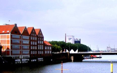 Blick die Weser entlang, linker Hand das Gebäude der Weserburg.