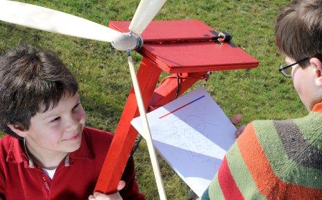 Kinder mit einem selbst gebauten Windrad